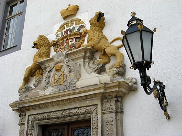 prächtiges Portal mit gräflichem Wappen am Eingang zum Fürstenflügel des Stolberger Schlosses