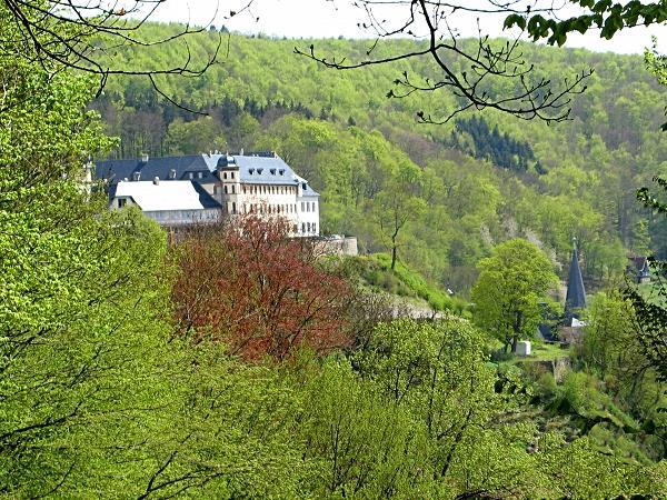 Blick vom Rastplatz drei Stühle zum Stolberger Schloss