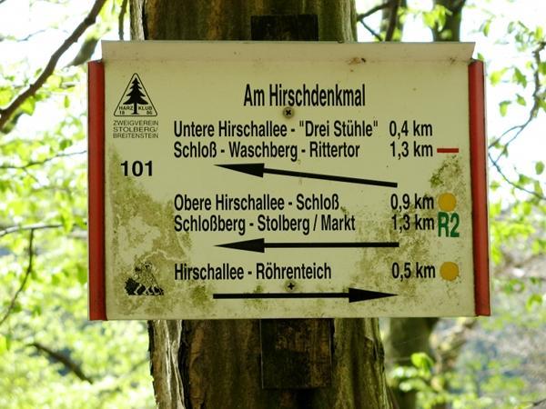 Wegweiser am Hirschdenkmal