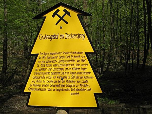 Hinweisschild über ehenaligen Bergbau am Röhrenteich bei Stolberg Harz