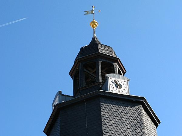 Barockkirche in Schwenda - Turmspitze mit Uhr