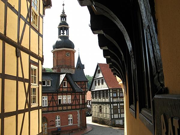 Blick von der Rathaustreppe zum Saigerturm in Stolberg Harz