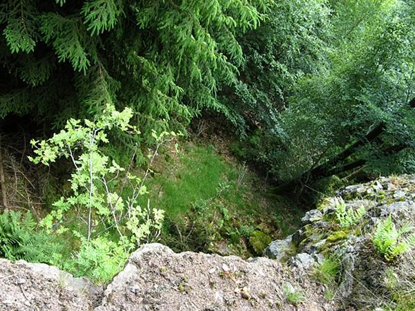 am Felsvorsprung der Klippen geht es steil hinunter
