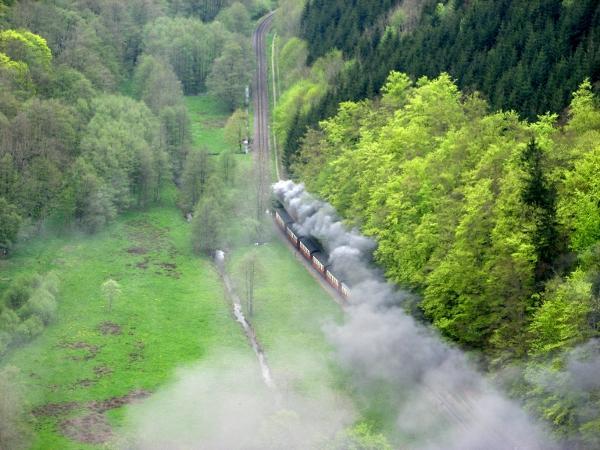 Im Tal schnauft die Harzquerbahn