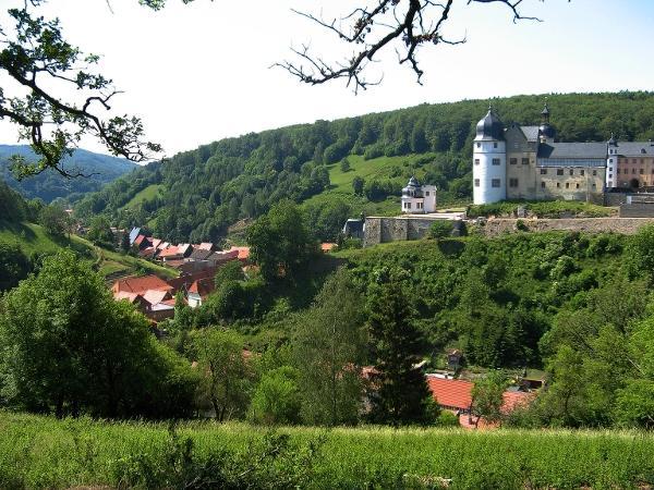 Blick von der Dornröschenbank auf das Stolberger Schloss und auf das kalte Tal