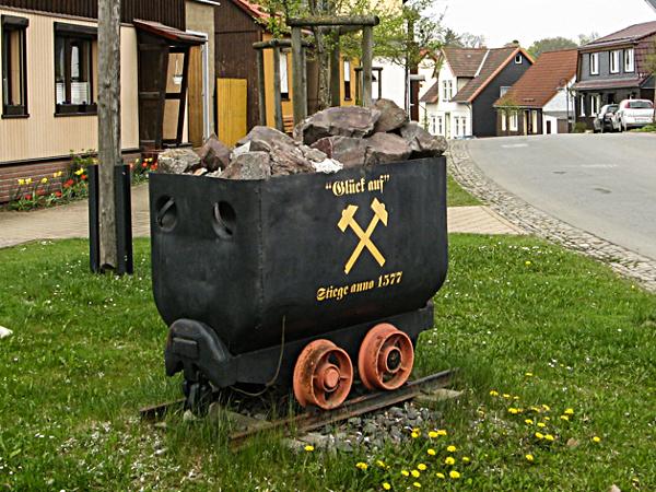 Eine Lore verweist auf die lange Bergbautradition des Ortes