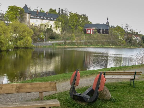Blick über den untere See zum Schloss und zur Kirche